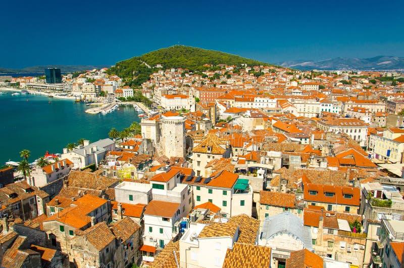 Marin- flyg- sikt för strand och för port, splittring, Dalmatia, Kroatien royaltyfria foton