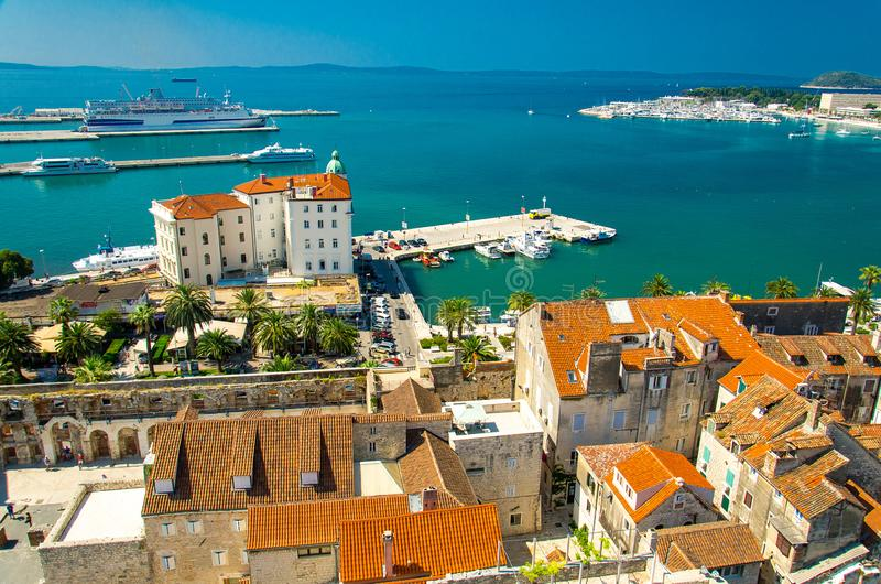 Marin- flyg- sikt för strand och för port, splittring, Dalmatia, Kroatien arkivbilder