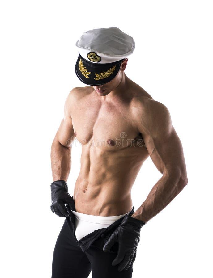 Marin masculin sans chemise musculaire avec le chapeau nautique image stock