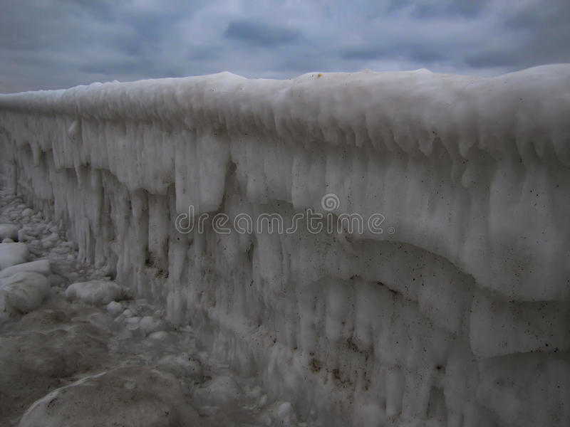 Marin- moorage i smutsig is i vinter arkivfoto