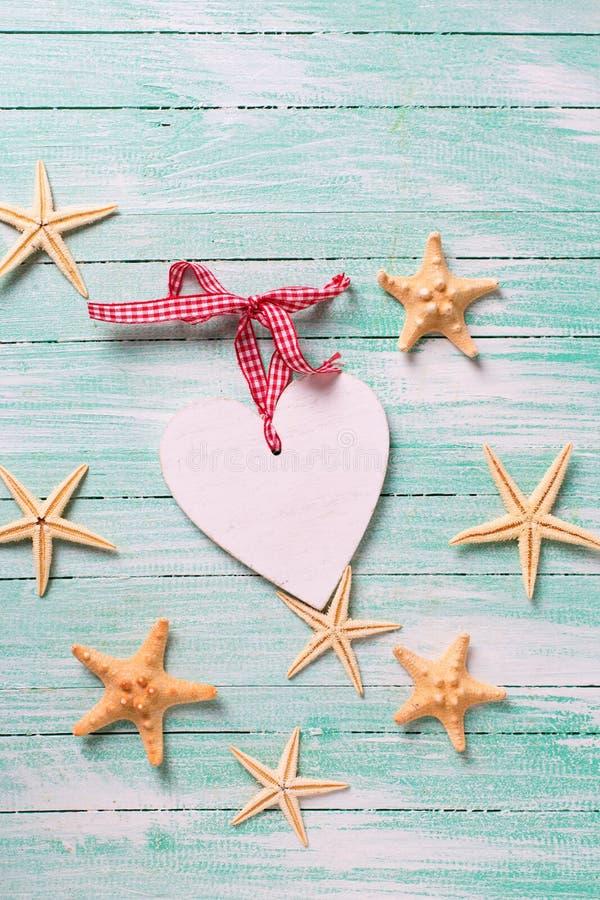 Marin- objekt (havsstjärnor) och dekorativ hjärta på turkos wo fotografering för bildbyråer