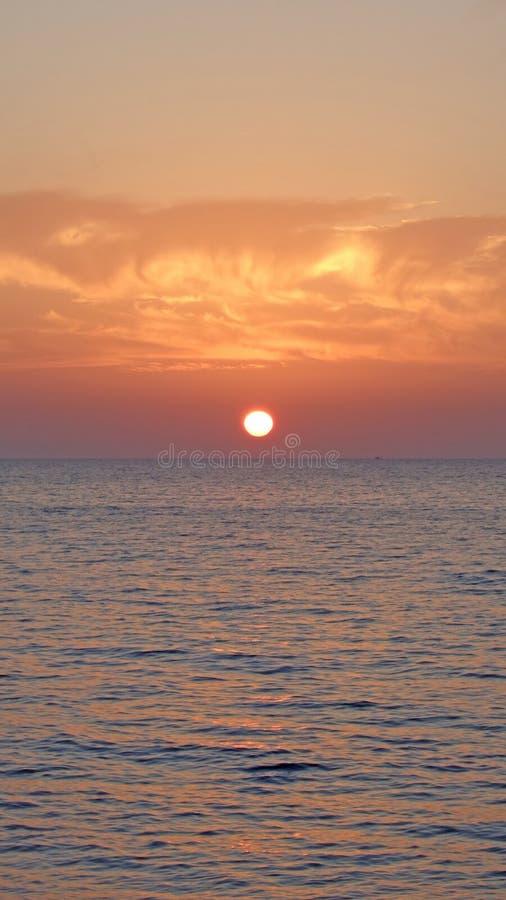 Marin- solnedgång, moln över havet arkivfoto