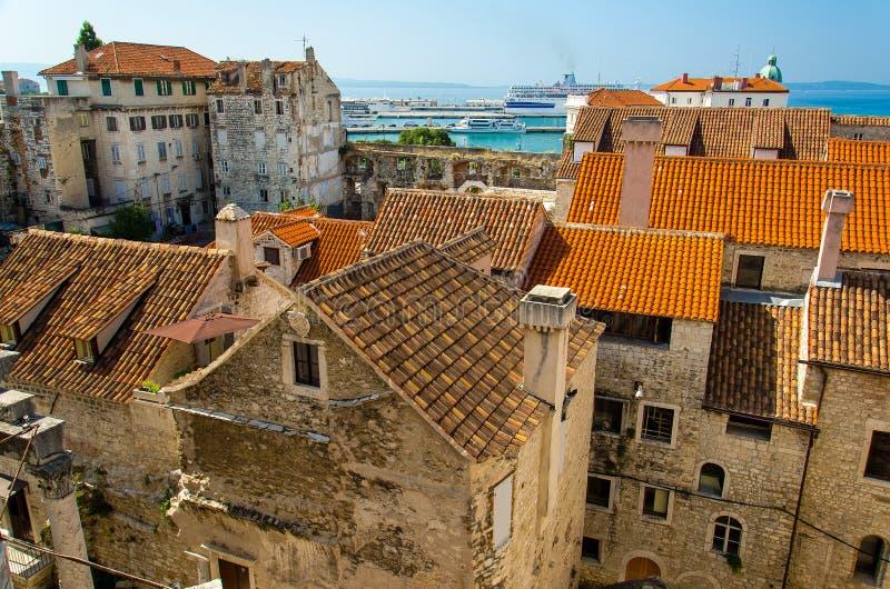 Marin- strand, port och gamla byggnader med flyg- sikt för orange tak från det venetian tornet för helgonDomnius klocka, splittri royaltyfri foto