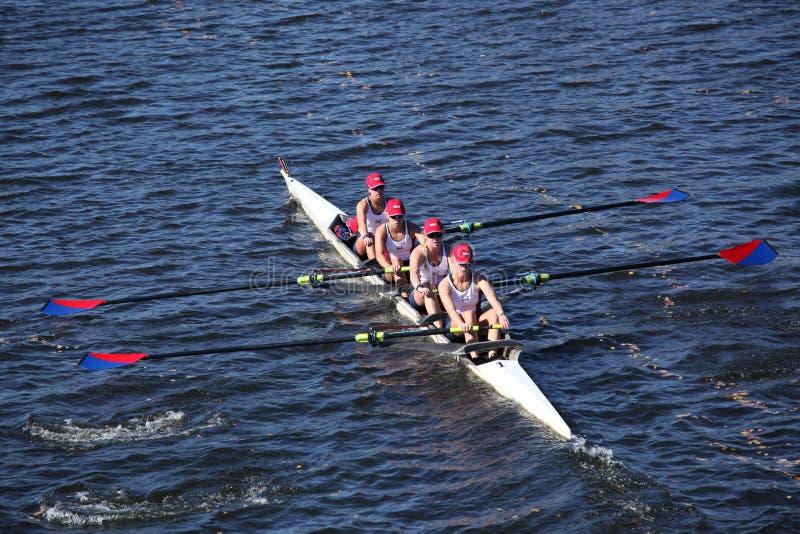 Marina Aquatic Center Junior Rowing (EUA) compete na cabeça de Charles Regatta fotos de stock