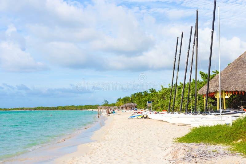 Marina avec des bateaux à voile à une plage tropicale au Cuba photos libres de droits