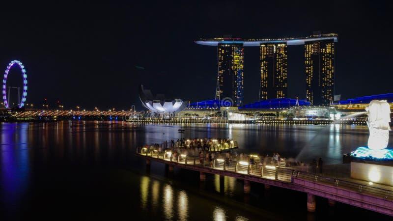 Marina Bay-merlion Nachtszenen stockfotos