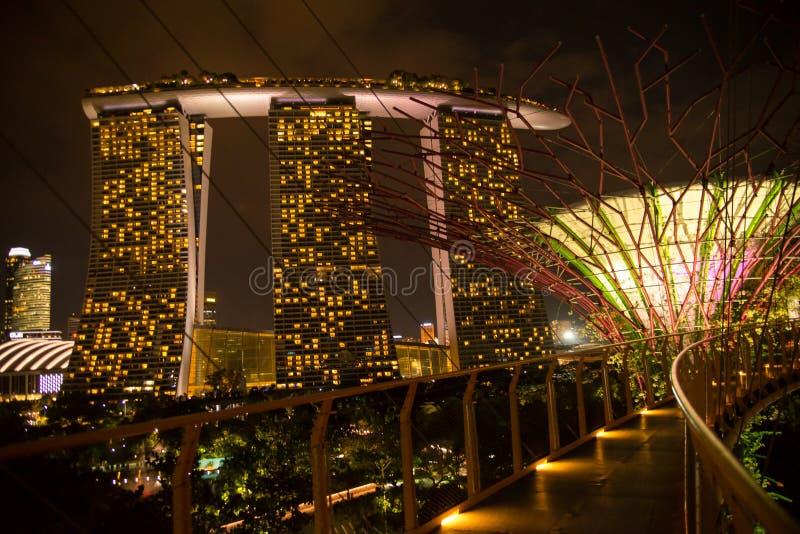 Marina Bay Sands dal passaggio pedonale del boschetto di Supertree, Singapore fotografia stock libera da diritti