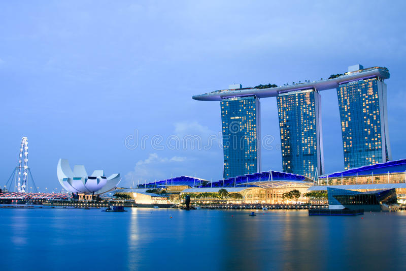 Marina Bay Sands in der Dämmerung stockfotografie
