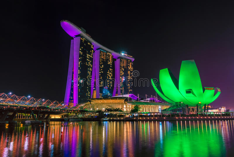 Marina Bay Sands Hotel e museu de artes em Singapura fotos de stock