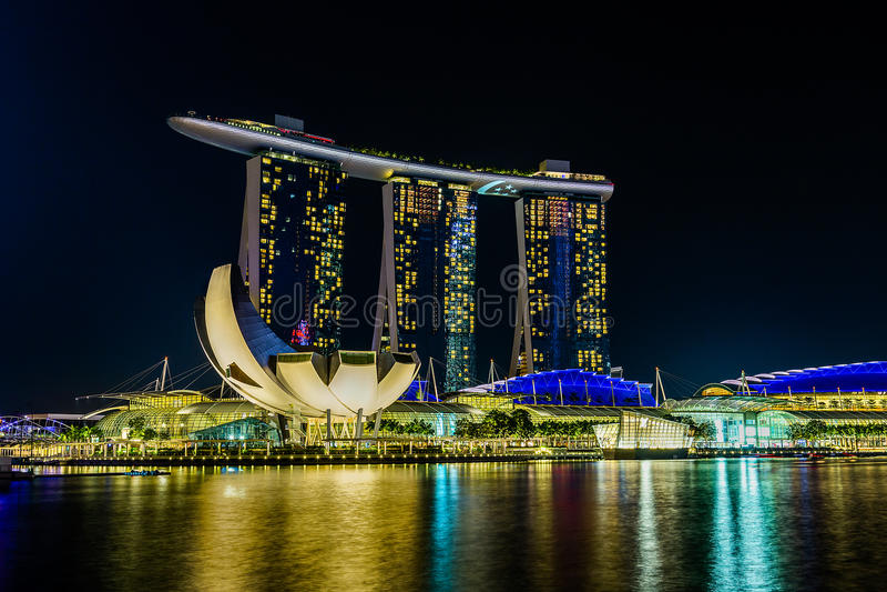 Marina Bay Sands Hotel nachts lizenzfreie stockfotos