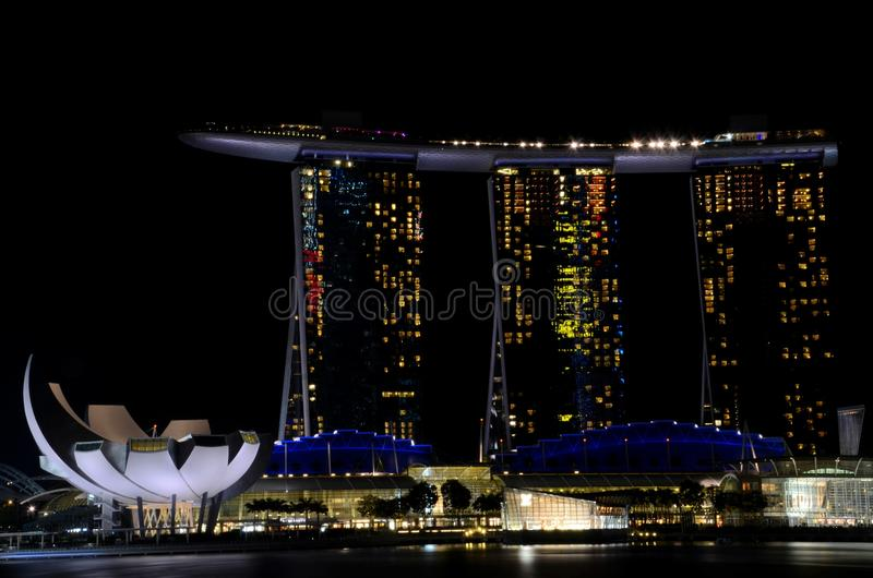 Marina Bay Sands a intégré l'hôtel de tourisme et le casino et le musée Singapour Marina Bay d'ArtScience photos libres de droits