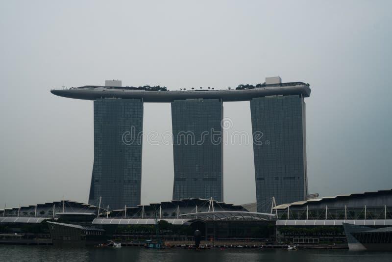 Marina Bay Sands sobre o fundo do céu nebuloso fotografia de stock