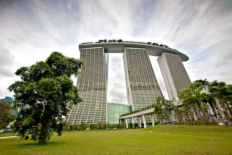 Marina Bay Sands som sett från trädgårdar av fjärden, SINGAPORE arkivbild
