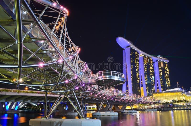 Marina Bay Sands y el puente de la hélice foto de archivo