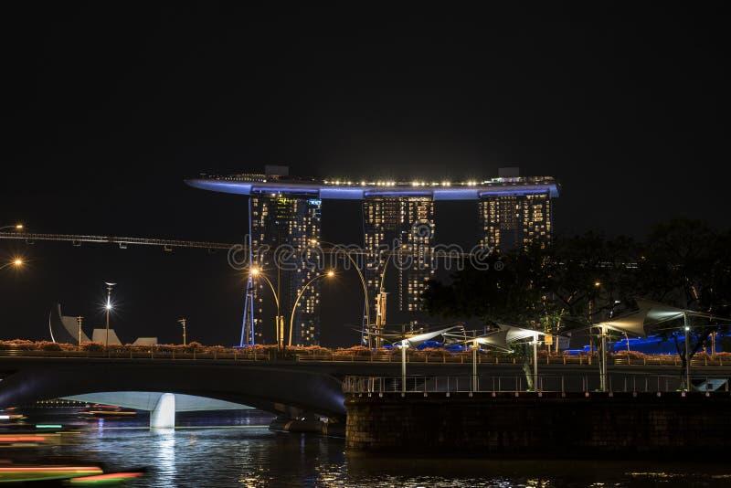 Marina Bay in Singapur mit Marina Bay Sands Hotel nachts lizenzfreie stockfotos