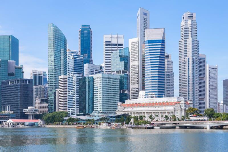 Marina Bay y distrito financiero con el edificio del negocio de la oficina de los rascacielos, Singapur fotos de archivo