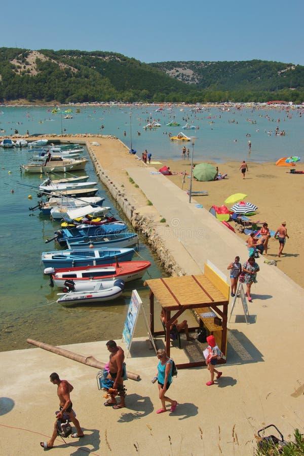 Marina bredvid paradisstranden i Lopar, Rab ö, Kroatien royaltyfria bilder