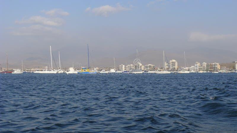 Marina d'Ancon et vue extérieure de bâtiments de la mer photographie stock