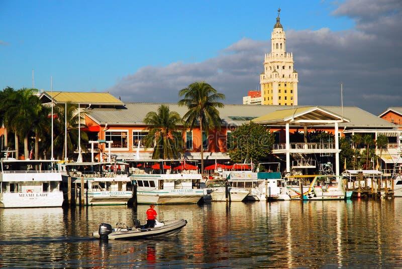 Marina de Bayside à Miami Freedom Tower historique se lève derrière photographie stock libre de droits