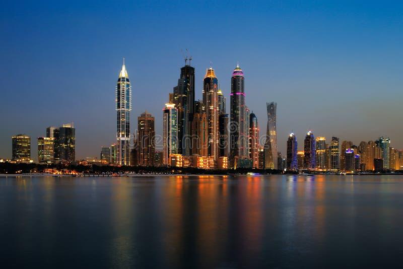 Marina de Dubaï, EAU au crépuscule comme vu de la paume Jumeirah photos libres de droits