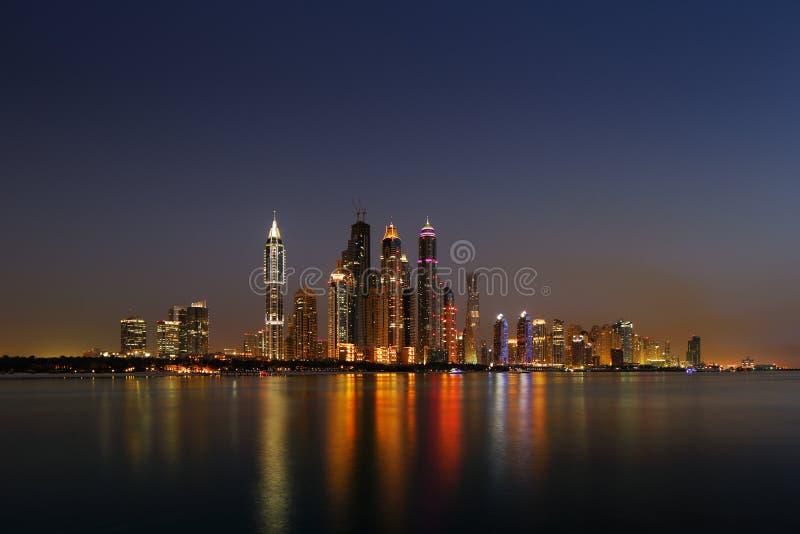 Marina de Dubaï, EAU au crépuscule comme vu de la paume Jumeirah photo stock