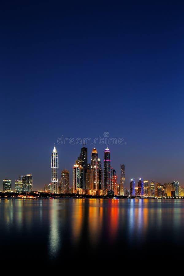 Marina de Dubaï, EAU au crépuscule comme vu de la paume Jumeirah images stock