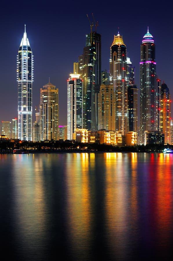 Marina de Dubaï, EAU au crépuscule comme vu de la paume Jumeirah image libre de droits