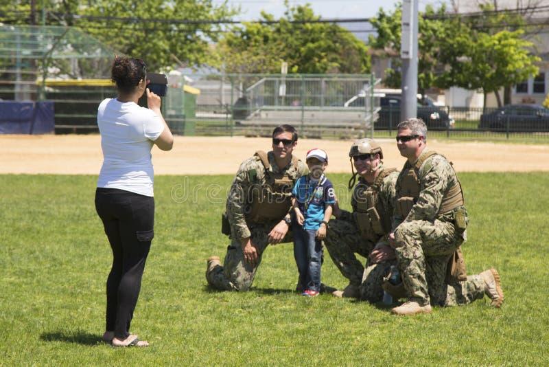 Marina de guerra no identificada de los E.E.U.U. del equipo del EOD que toma la imagen con el espectador después de la demostraci foto de archivo