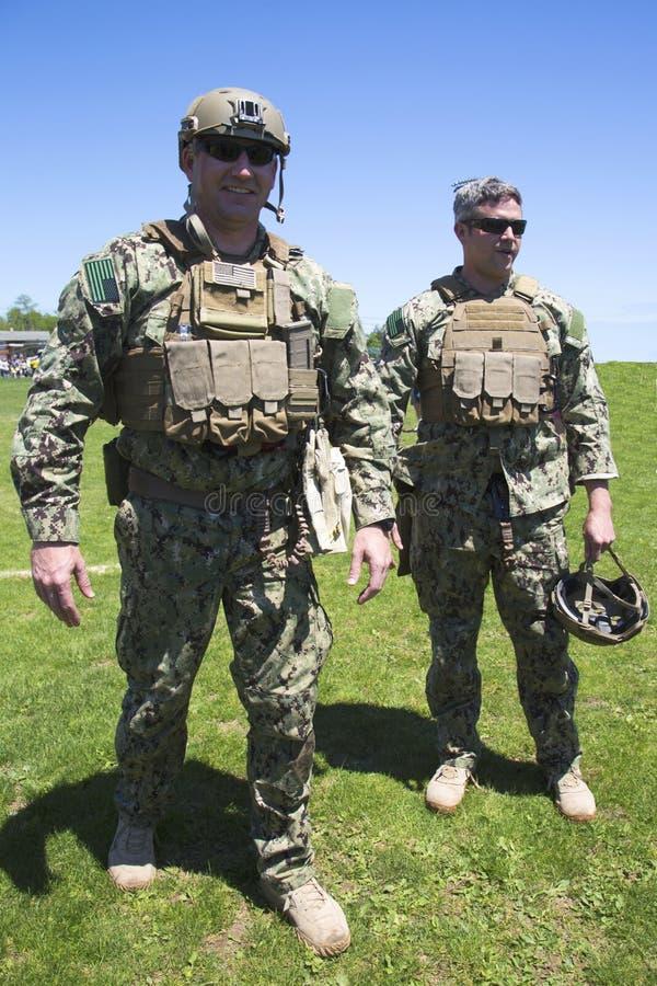 Marina de guerra no identificada s de los E.E.U.U. del equipo del EOD después de la demostración de las contramedidas de mina dur fotografía de archivo