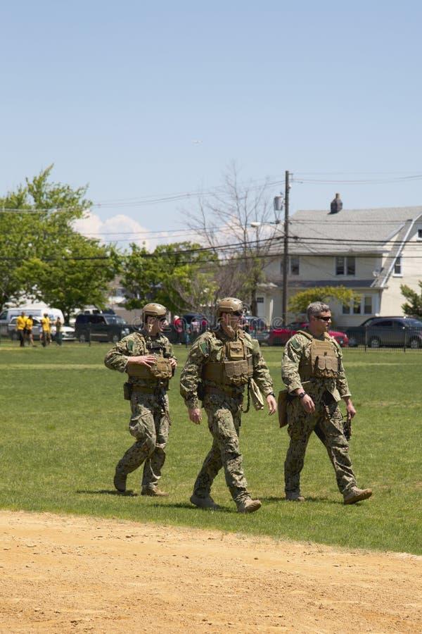 Marina de guerra no identificada s de los E.E.U.U. del equipo del EOD después de la demostración de las contramedidas de mina dur foto de archivo libre de regalías