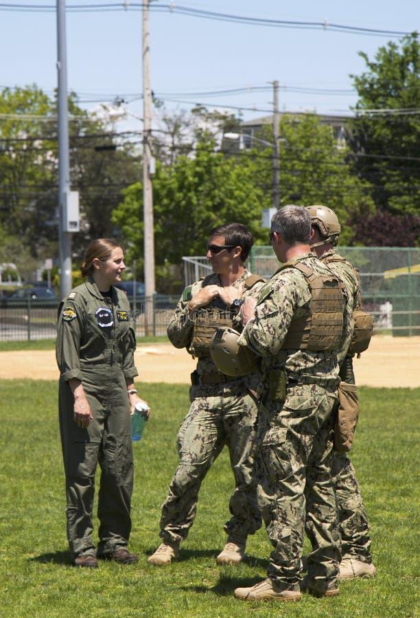 Marina de guerra no identificada s de los E.E.U.U. del equipo del EOD y del piloto no identificado del helicóptero después de la  fotografía de archivo