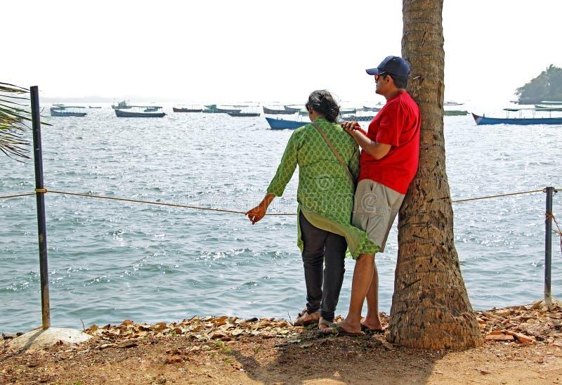 Marina de observation de couples asiatiques images stock