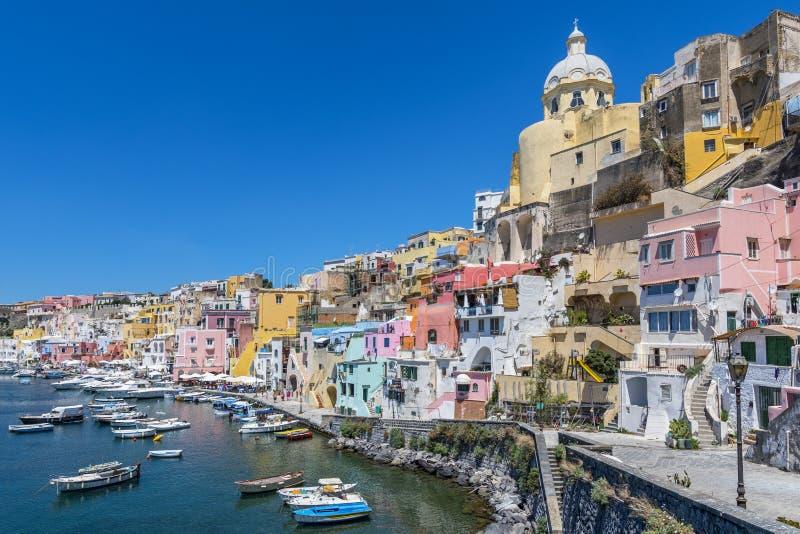Marina della Corricella, le village des pêcheurs sur l'île de Procida près de Naples, Italie image libre de droits