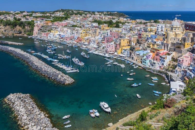 Marina della Corricella, le village des pêcheurs sur l'île de Procida près de Naples, Italie photographie stock libre de droits