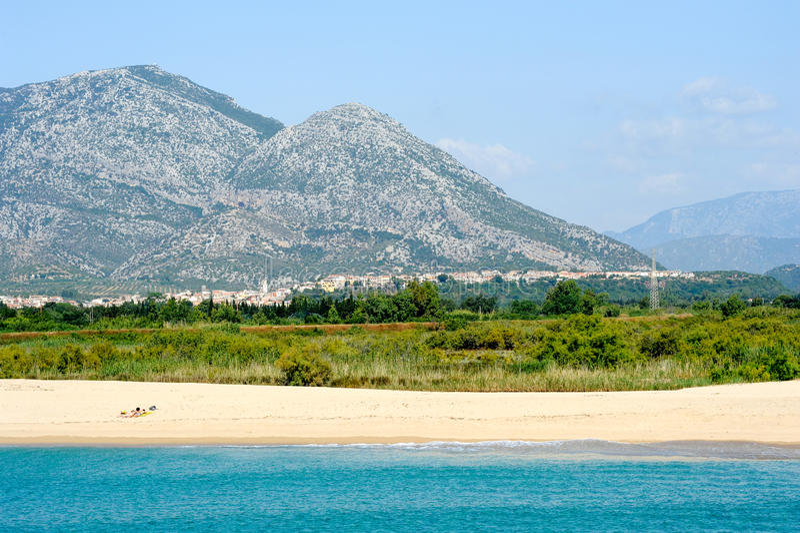 Marina di Orosei strand på Sardinia, Italien arkivbilder