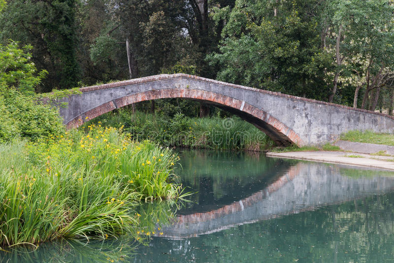 Marina di Pietrasanta gammal prins bro över den Fiumetto floden arkivbilder