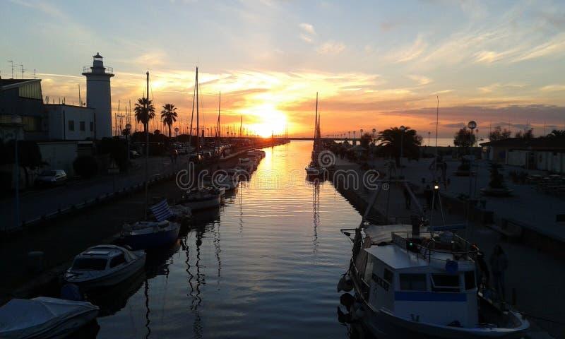 Marina du coucher du soleil e dans Viareggio, Italie photos stock