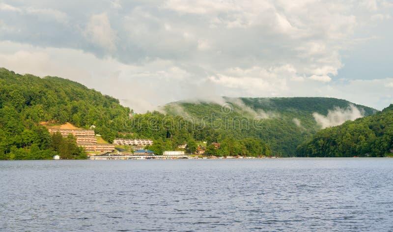 Marina et maisons urbaines sur le lac Morgantown cheat photos stock
