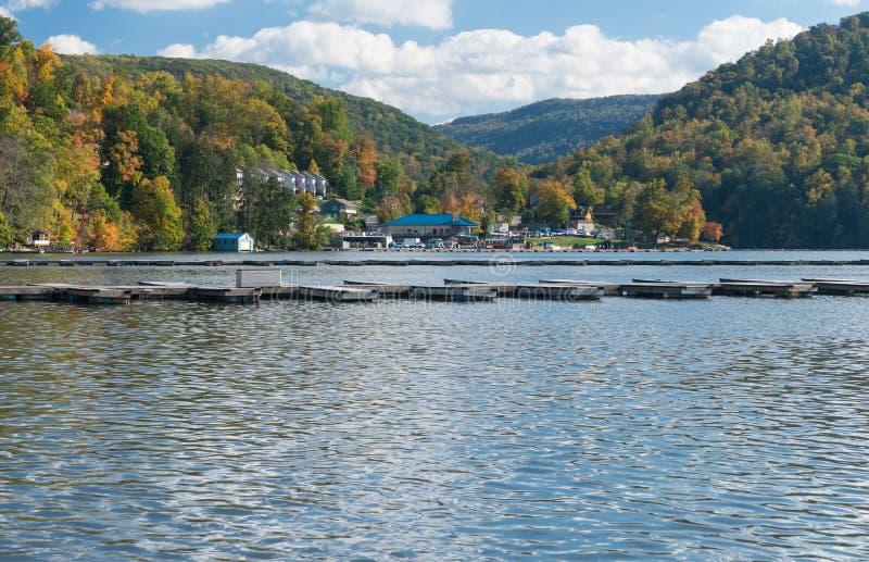 Marina et maisons urbaines sur le lac Morgantown cheat image stock