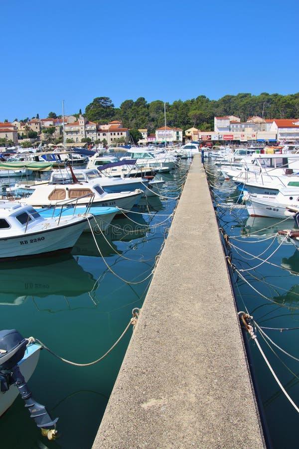 Marina et paysage urbain de la vieille ville de Rab sur l'île Rab, Croati photo stock