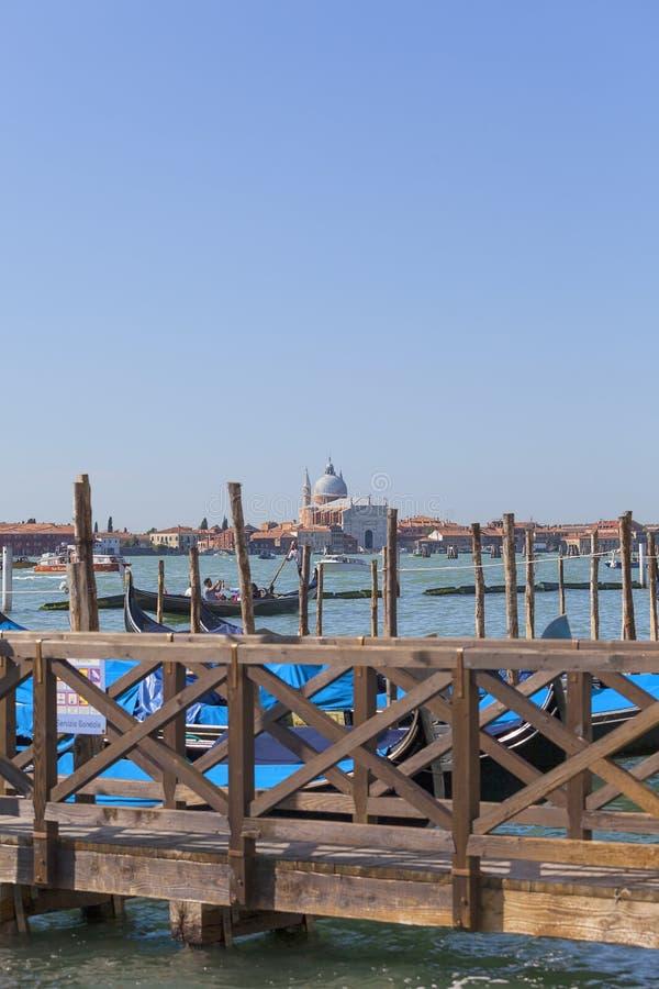 Marina för gondolerna, sikt på den barocka kyrkan Santa Maria della Salute, Venedig, Italien royaltyfri foto