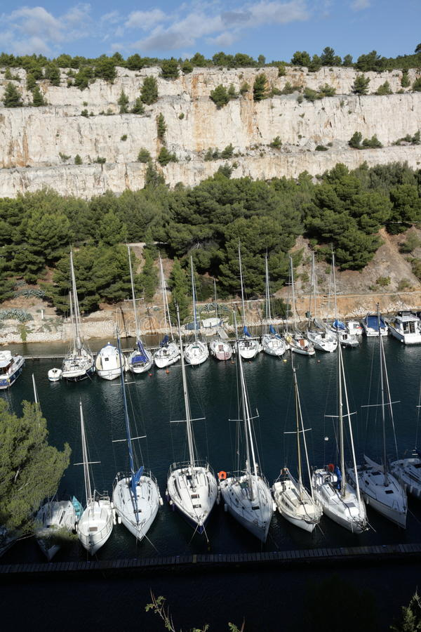 Marina i Calanquesen av svartvinbärsläsken, Frankrike arkivbilder