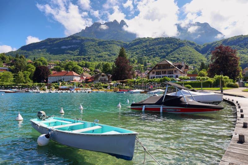 Marina i den Talloires byn på sjön Annecy i Frankrike fotografering för bildbyråer