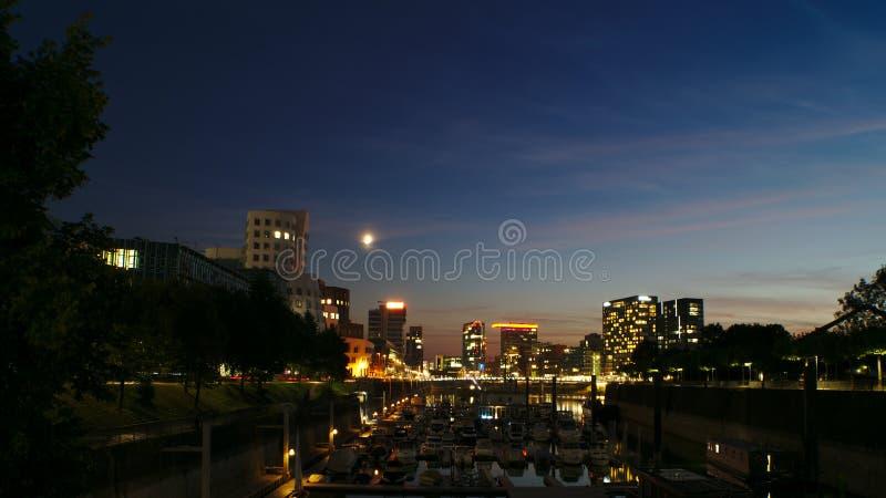 Marina i pejzaż miejski po zmierzchu fotografia royalty free