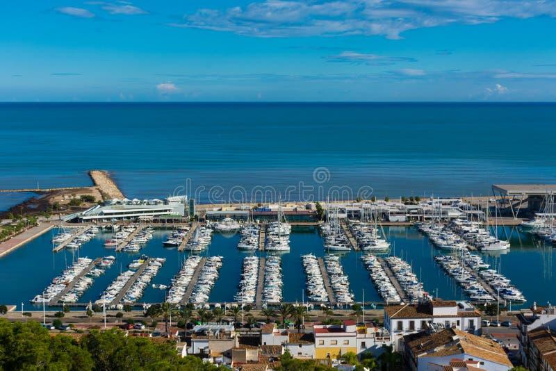 Marina med segelbåtar och havet royaltyfri fotografi