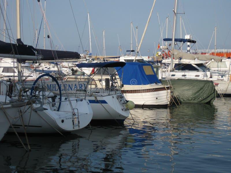 Marina med segelbåtar som förtöjas på skeppsdockorna royaltyfria bilder