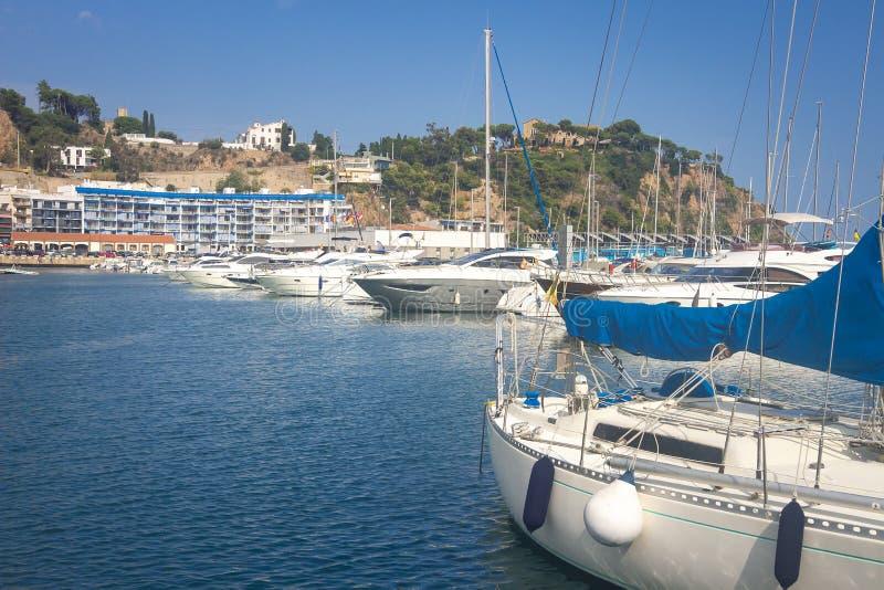 Marina med yachter i Blanes, Costa Brava, Spanien Segla fartyg i havsport Segelbåthamnen, många förtöjt härligt seglar yachter royaltyfri foto