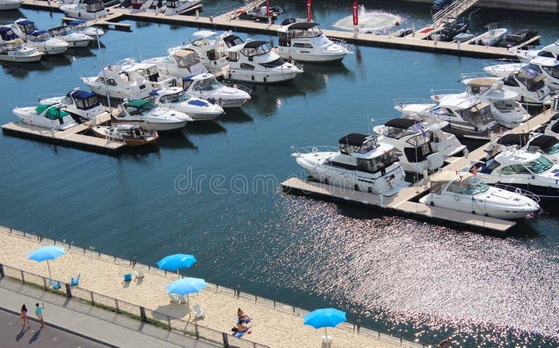 Marina moderne avec peu de plage sablonneuse dans le vieux port à Montréal image libre de droits