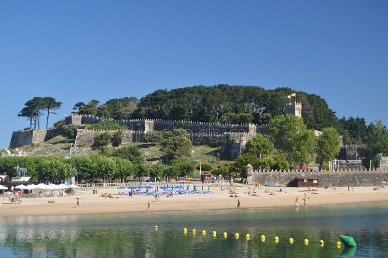 Marina With Monterreal Castle At i precedenti a Bayonne Natura, architettura, storia, viaggio 16 agosto 2014 Bayona, fotografia stock