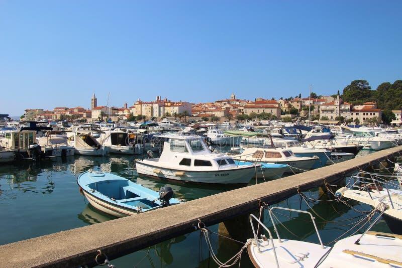 Marina och cityscape av den gamla staden av Rab på ön Rab, Croati royaltyfria foton